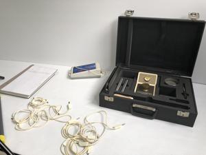 波動測定器の検品風景